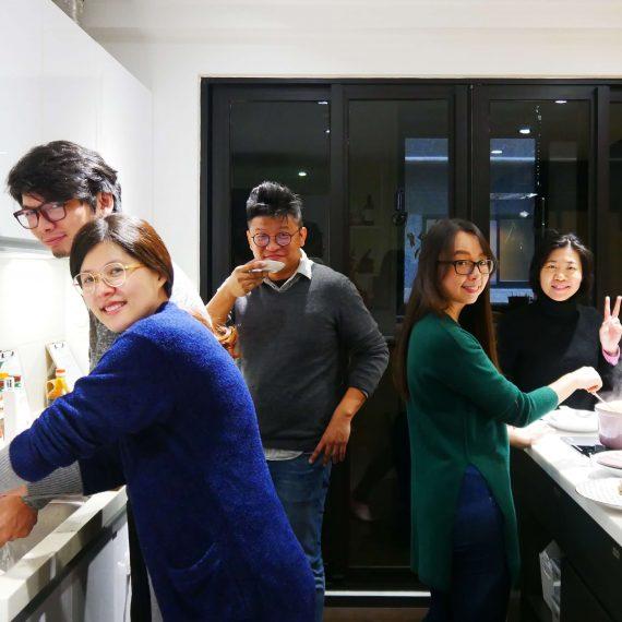 一起在開放式廚房下廚,一起玩